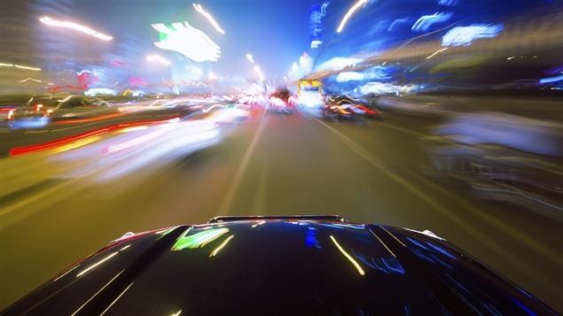 Une automobile en mouvement.