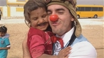 Des clowns humanistes distribuent des sourires