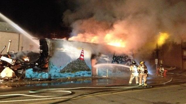 Incendie au centre House of Refuge, à Edmonton, le mois dernier et qui pouvait héberger des sans-abris de la ville.