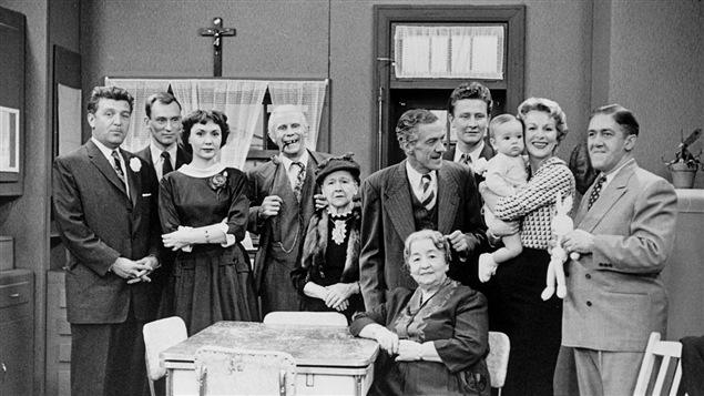 L'équipe de comédiens du téléroman <i>La famille Plouffe</i>, en 1956.