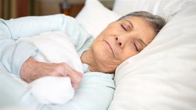Une aînée dort dans son lit