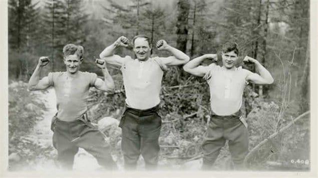 Trois membres du Corps forestier canadien en Europe. La solide réputation des robustes bûcherons canadiens a mené à la création du Corps forestier canadien en 1916. Près de 24 000 bûcherons du Canada se sont rendu en Europe à cette époque.