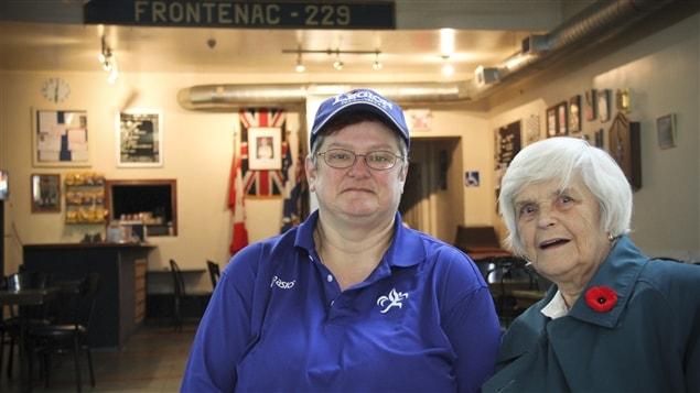 Rose Biron et sa mère Mae Biron Rogers, bénévoles à la filiale 229 Frontenac de la Légion royal canadienne.