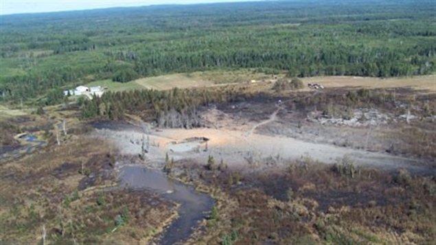 Photo aérienne après la formidable explosion d'un pipeline près d'Englehart en Alberta en 2009.