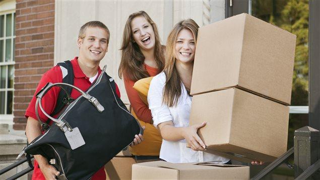 Des jeunes déménagent
