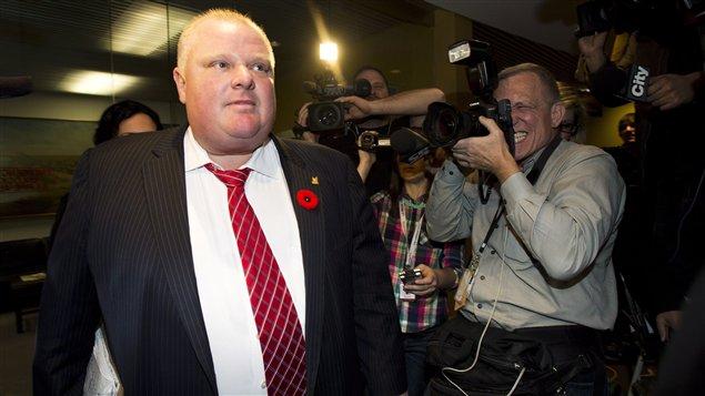 Le maire Rob Ford quitte l'hôtel de ville, vendredi dernier, sans vouloir répondre auz questions des journalistes.