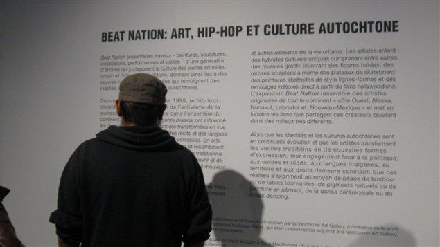 Un étudiant du collège Kiuna d'Odanak lors de l'exposition Beat Nation du Musée des beaux-arts de Montréal