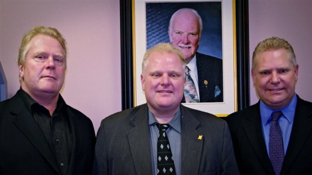Les trois fils de la famille Ford (g. à d. : Randy, Rob et Doug) devant la photo de leur défunt père.