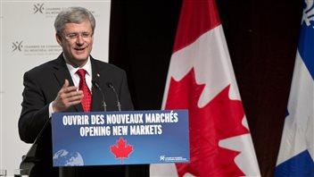 Harper accueilli par des dizaines de manifestants for Chambre de commerce montreal