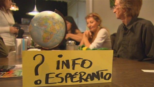 Des gens discutant en espéranto