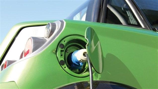 Dans les stations-services et aux 100 km le long des autoroutes, plus de bornes doivent être installées si l'on veut que la voiture électrique prenne son envole.