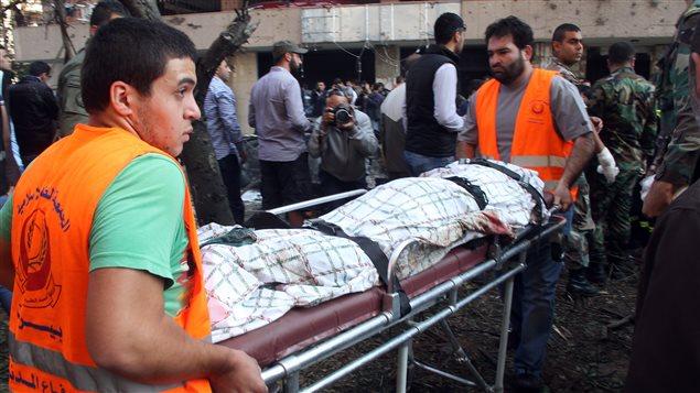 نقل ضحايا الإنفجارين الانتحاريين في بيروت