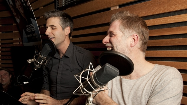 Fred Savard rigole des trouvailles d'Olivier Niquet, qui raconte les radios-poubelles avec son calme légendaire.
