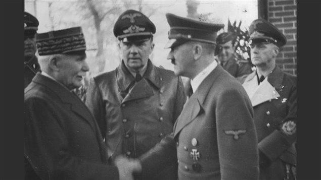 Le maréchal Pétain et Adolf Hitler se serrant la main le 24 octobre 1940.