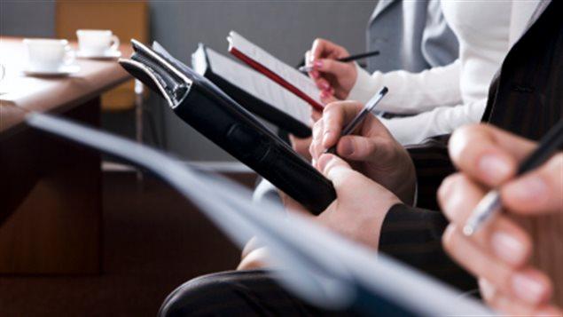 Des journalistes prennent des notes lors d'une conférence de presse