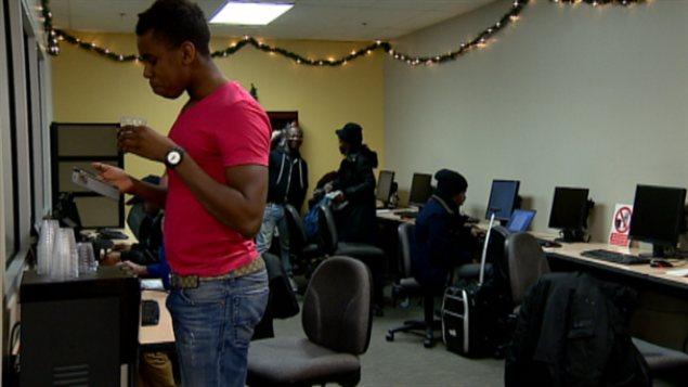 Des chercheurs d'emploi dans les locaux d'Accès emploi