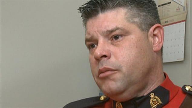 Le caporal Ron Francis réclame le droit de fumer de la marijuana thérapeutique pendant son travail.