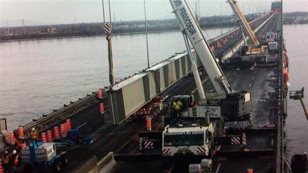 Opération « super-poutre» sur le pont Champlain ce week-end dernier.  La « super-poutre » est maintenant en place et la partie du pont Champlain endommagée par une fissure est maintenant complètement sécurisée.