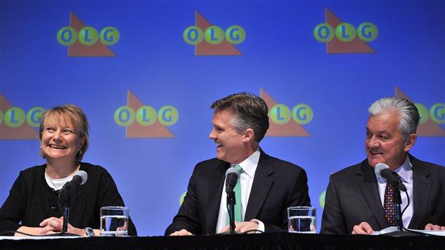 La gagnante Kathryn Jones, tout sourire, aux côtés de Rod Phillips, président et chef de la direction d'OLG et Mike Hamel, directeur, service des Enquêtes d'OLG.