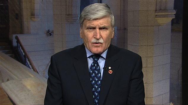 Le sénateur libéral Roméo Dallaire dénonce les propos du médecin-chef de l'armée canadienne, qui ne reconnaît aucun lien entre la vague de suicides présumés parmi les militaires canadiens et leur déploiement outre-mer.