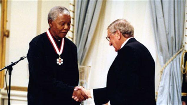 Le gouverneur général du Canada, Roméo Leblanc, accorde l'ordre du Canada au président sud-africain, à Rideau Hall, en novembre 1998.