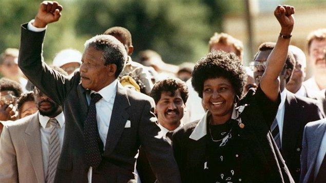 En esta foto, tomada el 11 de febrero de 1990, Nelson Mandela, acompañado por su esposa Winnie, abandona la cárcel en la que estuvo detenido. Hace pocos minutos, en este 5 de diciembre del 2013, el goberno sudafricamno confirmó su muerte.