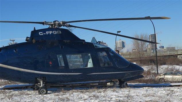 Un hélicoptère posé à l'héliport des studios Mel's à Montréal