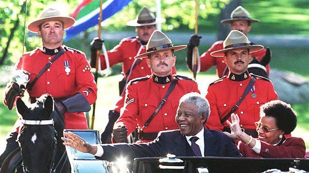Mandela prend un bain de foule dans la cadre d'une visite de trois jours à Ottawa, en 1998, au cours de laquelle il deviendra un Compagnon de l'Ordre du Canada, la plus haute distinction de l'Ordre.