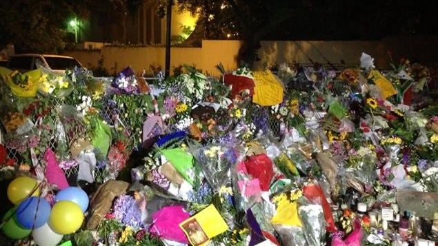 Des centaines de personnes ont déposé des fleurs devant la maison de Nelson Mandela.