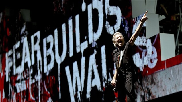 Roger Waters du groupe Pink Floyd pendant le spectacle <em>The wall</em> à Bucarest en Roumanie, le 28 août 2013