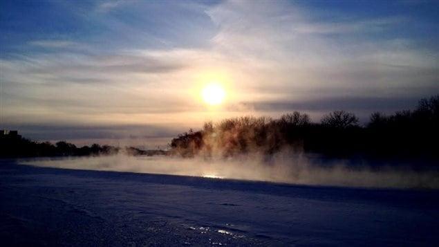 La vapeur s'élève de la rivière Rouge gelée à Winnipeg au Manitoba.