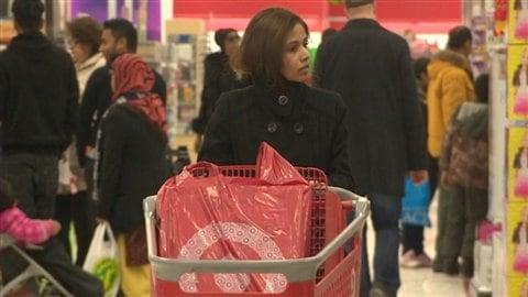 Des dizaines d'acheteurs dans un magasin Target de Toronto. Non seulement Target Canada n'a pas d'image de marque assez précise, mais l'entreprise a connu trop de problèmes avec sa chaîne d'approvisionnement.
