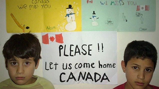 Omar et Adam Benhmuda, tous les deux nés au Canada. Avec leur parent et le reste de leur famille, ils ont été déportés en Lybie en 2008, avant de finalement revenir au Canada en décembre 2013.