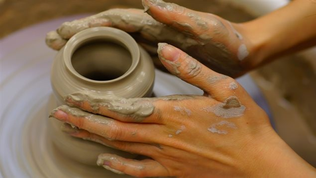 Une femme fait de la poterie