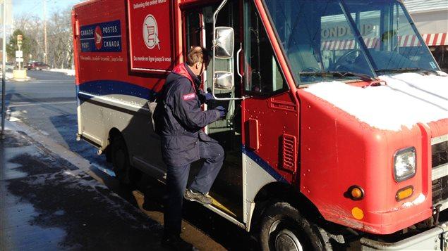 Un employé de Postes Canada au travailUn employé de Postes Canada au travail