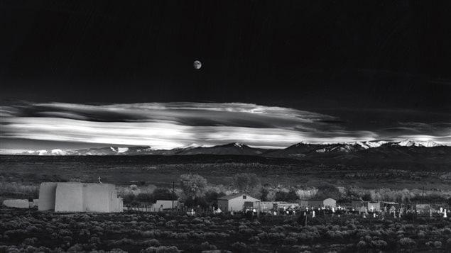 <em>Moonrise, Hernandez, New-Mexico</em>, par  Ansel Adams (1941)