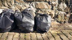 Trois sacs de poubelles sur le bord du chemin