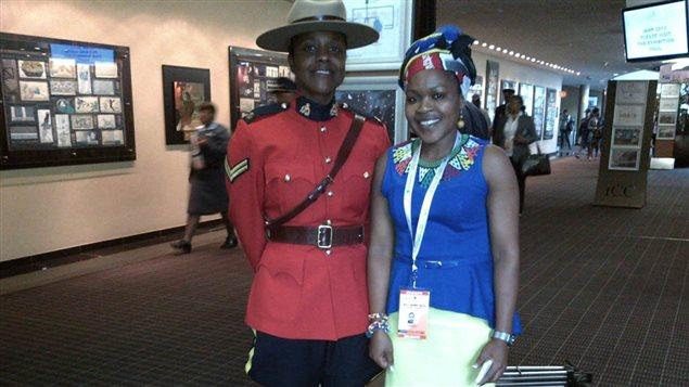 Linda Féquière en uniforme de la GRC lors de son voyage en Afrique du Sud