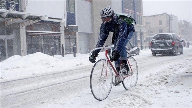 Un messager � v�lo en hiver dans les rues de Montr�al