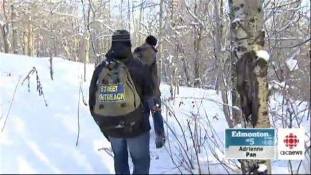 Des personnes bénévoles à Edmonton ratissent les bois afin de fournir de l'aide aux personnes sans-abris de cette ville de l'Ouest canadien.