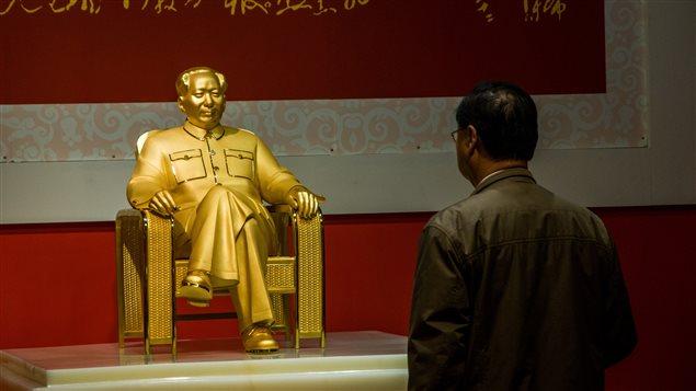 Un homme regarde la statue de Mao Tsé-Toung exposée à Shenzhen, dans le sud de la Chine.