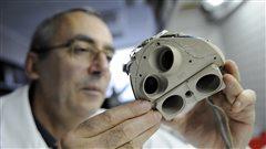 Un employé de la société française Carmat inspectant le cœur artificiel, créé en 2008