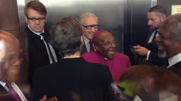 Notre réalisatrice a « volé »  cette photo de Desmond Tutu dans le stade de Soweto, alors qu'il se rendait dans l'estrade réservée aux invités spéciaux qui ne prenaient pas la parole, comme Stephen Harper. Photo : Louise Gravel