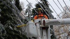 Un travailleur d'Hydro Toronto à l'oeuvre