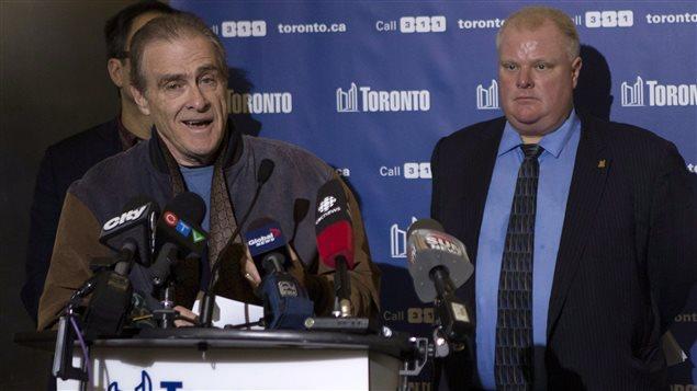 Le maire adjoint de Toronto Norm Kelly (gauche) et le maire Rob Ford (droite) lors de la conférence de presse du 22 décembre 2013