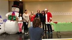 Sur la photo, entre le bonhomme de neige, la directrice de l'école Nathalie Bonenfant et le père Noël, Sustika (pour ses momos),  Anne-Marie (pour le  sancocho dominicain), Jeanne (pour son pad thaï aux crevettes et à la lime), Haïdar (pour son kefta). Absente : Cynthia pour ses cannellonis au veau.