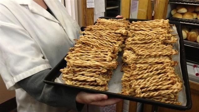 La Pâtisserie Simon, dans le quartier Saint-Jean-Baptiste de Québec, fabrique des sucres d'orge pour Noël et des pailles au fromage