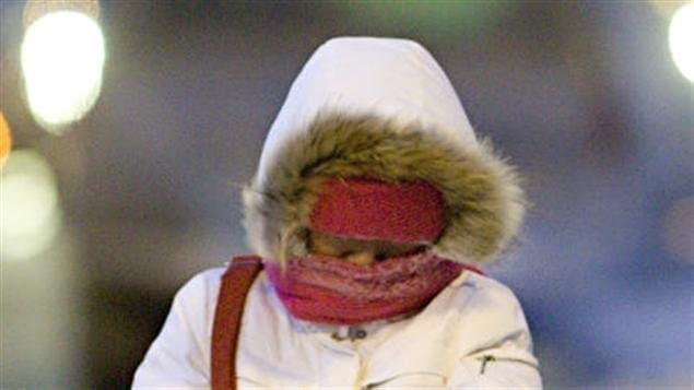 Le froid extrême est la principale cause de mortalité liée aux conditions météorologiques au pays. Environ 100 Canadiens meurent chaque année à cause du froid. Plusieurs autres souffrent d'engelures ou de gelures superficielles.