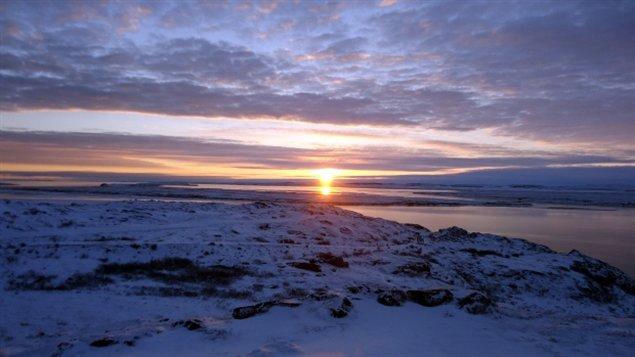 Lever de soleil sur Kuglutuk au Nunavut