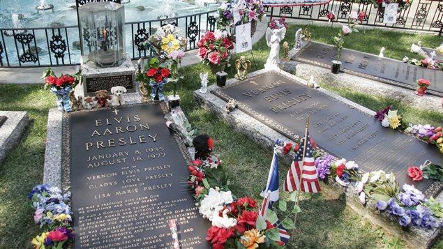 La tombe d'Elvis Presley, lieu de pélerinage des temps modernes